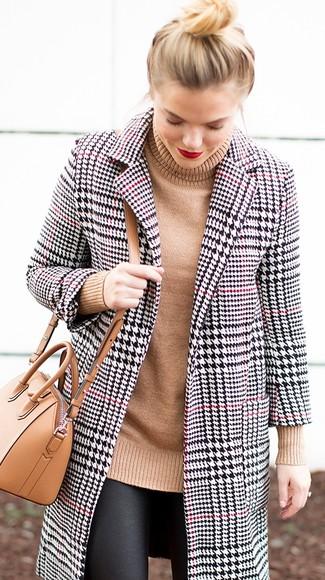 Come indossare e abbinare: cappotto con motivo pied de poule bianco e nero, dolcevita lavorato a maglia marrone chiaro, leggings in pelle neri, borsa a tracolla in pelle marrone chiaro