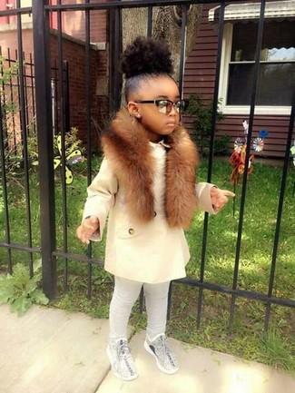 Come indossare: cappotto bianco, leggings grigi, sneakers grigie, sciarpa di pelliccia marrone