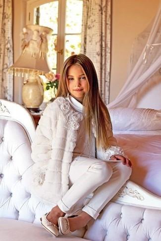 Come indossare e abbinare: cappotto bianco, maglione bianco, pantaloni bianchi, ballerine beige