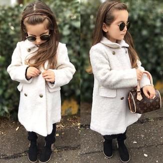 Come indossare: cappotto bianco, pantaloni neri, stivali neri
