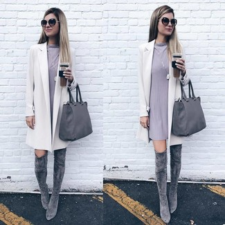 Come indossare: cappotto bianco, vestito a trapezio grigio, stivali sopra il ginocchio in pelle scamosciata grigi, borsa shopping in pelle grigia