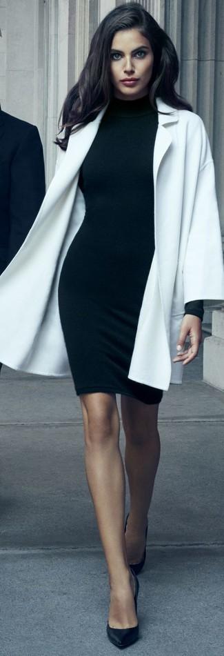 Come indossare e abbinare: cappotto bianco, vestito aderente nero, décolleté in pelle neri
