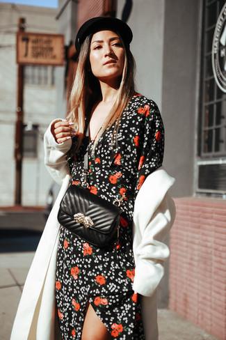 4d1ec15f7b19 Come indossare: cappotto bianco, vestito lungo a fiori nero, borsa a  tracolla in
