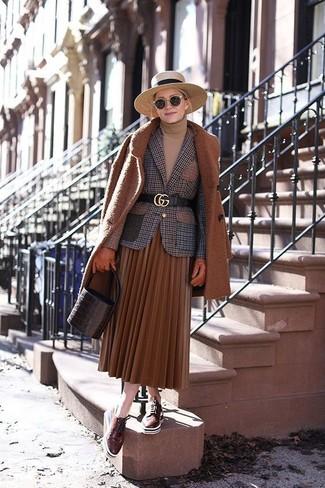 Come indossare: cappotto terracotta, blazer di lana a quadri marrone, dolcevita marrone chiaro, gonna longuette a pieghe terracotta