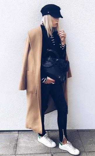 Come indossare: cappotto marrone chiaro, blazer doppiopetto nero, dolcevita a righe orizzontali nero e bianco, jeans aderenti neri