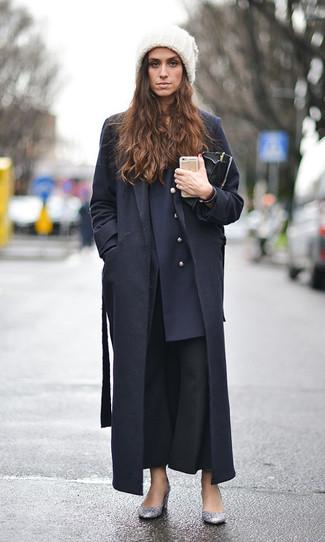 Come indossare: cappotto nero, blazer doppiopetto blu scuro, pantaloni a campana neri, décolleté con paillettes argento