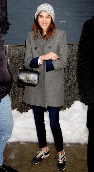 Abbinare un cappotto grigio e jeans aderenti blu scuro è una comoda opzione per fare commissioni in città. Non vuoi calcare troppo la mano con le scarpe? Mettiti un paio di sneakers basse nere per la giornata.