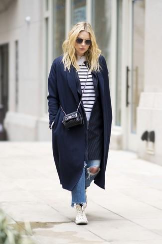 Come indossare e abbinare: cappotto blu scuro, blazer a righe verticali nero, maglione girocollo a righe orizzontali bianco e nero, jeans strappati blu