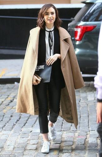Come indossare e abbinare: cappotto marrone chiaro, blazer senza maniche nero, camicetta manica lunga bianca e nera, pantaloni skinny in pelle neri
