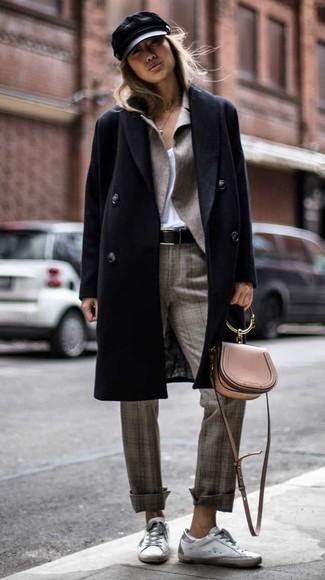 Come indossare: cappotto nero, blazer grigio, t-shirt con scollo a v bianca, pantaloni eleganti scozzesi grigi