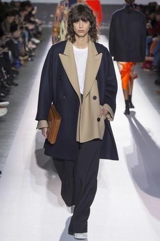Come indossare: cappotto blu scuro, blazer di lana beige, t-shirt girocollo bianca, pantaloni larghi neri