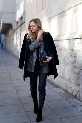 Come indossare: cappotto nero, blazer a quadretti grigio scuro, t-shirt girocollo nera, jeans aderenti neri