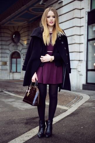 Moda ragazza adolescente: Scegli un cappotto nero e un blazer nero per sentirti sicura e alla moda. Stivaletti in pelle neri sono una buona scelta per completare il look.