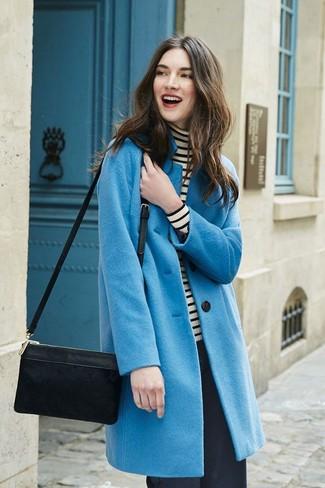 Come indossare: cappotto blu, dolcevita a righe orizzontali bianco e nero, pantaloni larghi neri, borsa a tracolla in pelle scamosciata nera