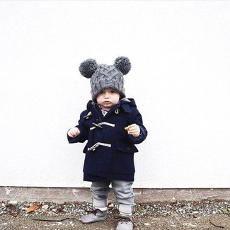 Come indossare: cappotto blu scuro, jeans grigi, chukka grigie, berretto grigio