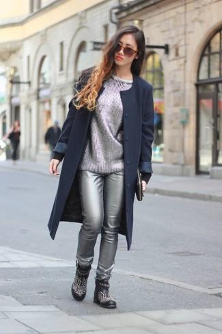 Sfrutta al meglio la raffinatezza e l'eleganza con un cappotto blu scuro e pantaloni skinny in pelle argento. Rifinisci questo look con un paio di stivaletti in pelle con borchie neri per donna di Alexander McQueen.