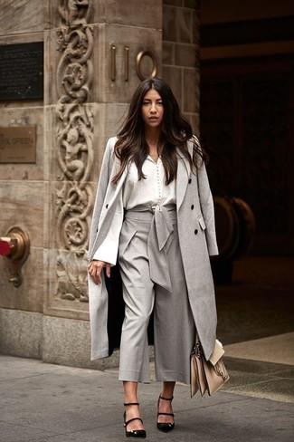 Come indossare: cappotto grigio, blusa abbottonata bianca, gonna pantalone grigia, décolleté in pelle scamosciata neri