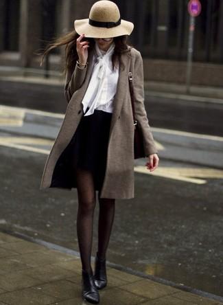 Come indossare: cappotto verde oliva, blusa abbottonata bianca, minigonna nera, stivaletti in pelle neri