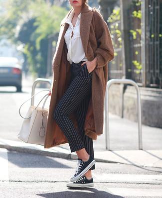 Come indossare: cappotto marrone, blusa abbottonata bianca, pantaloni skinny a righe verticali neri e bianchi, sneakers basse di tela nere e bianche