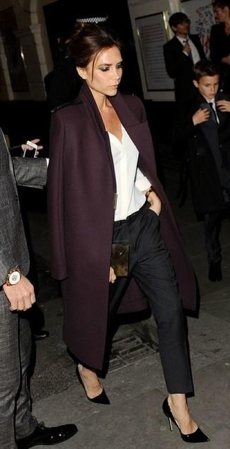 Coniuga un cappotto bordeaux con pantaloni eleganti neri per essere sofisticata e di classe. Completa questo look con un paio di décolleté in pelle neri.