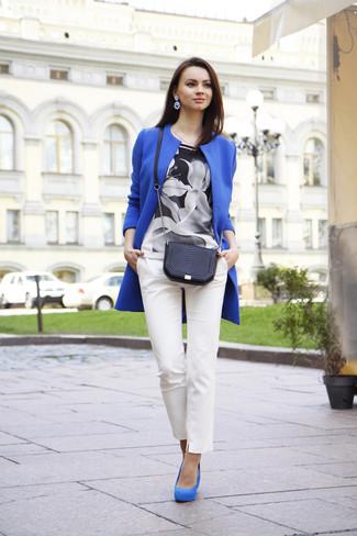 Un cappotto blu e pantaloni skinny bianchi sono un outfit perfetto da sfoggiare nel tuo guardaroba. Un paio di décolleté in pelle scamosciata blu si abbina alla perfezione a una grande varietà di outfit.