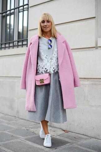 Come indossare: cappotto rosa, camicetta manica corta di pizzo grigia, gonna longuette a pieghe grigia, sneakers basse in pelle bianche