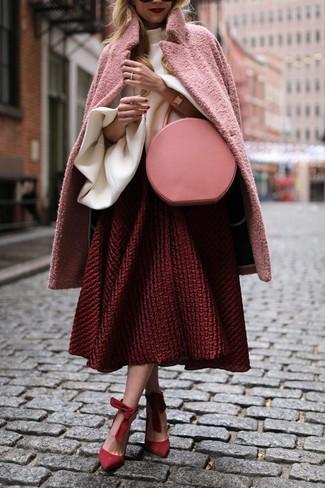 Come indossare: cappotto rosa, camicetta manica lunga con volant bianca, gonna a ruota testurizzata rossa, décolleté in pelle scamosciata rossi
