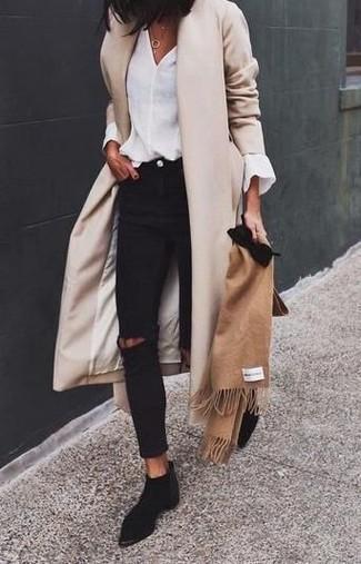 Come indossare e abbinare: cappotto beige, camicetta manica lunga bianca, jeans aderenti strappati neri, stivali chelsea in pelle scamosciata neri