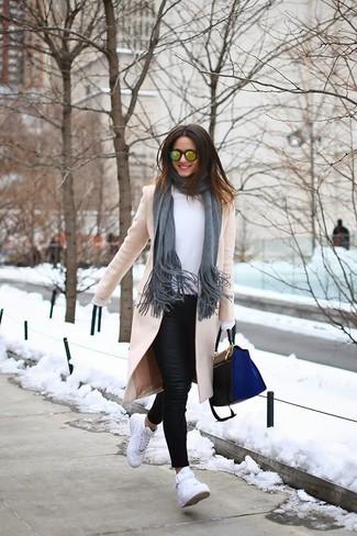 Come indossare: cappotto beige, camicetta manica lunga bianca, jeans aderenti in pelle neri, sneakers alte bianche