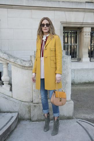 Come indossare: cappotto senape, camicetta manica lunga bordeaux, jeans blu, stivaletti in pelle scamosciata verde scuro