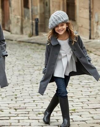 Come indossare: cappotto grigio scuro, camicetta manica lunga grigia, jeans blu scuro, stivali di gomma neri