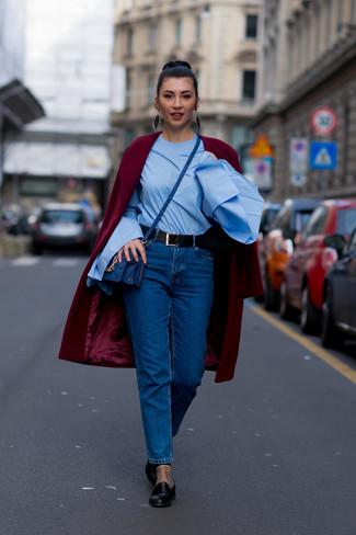 Come indossare: cappotto bordeaux, camicetta manica lunga azzurra, jeans blu, mocassini eleganti in pelle neri