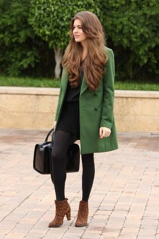 Come indossare e abbinare una gonna nera con stivali marroni