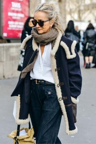 Come indossare e abbinare una cintura in pelle nera: Opta per un cappotto blu scuro e una cintura in pelle nera per andare a prendere un caffè in stile casual.