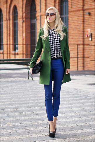 Un cappotto verde e pantaloni skinny blu sono un outfit perfetto da sfoggiare nel tuo guardaroba. Décolleté in pelle neri sono una buona scelta per completare il look.