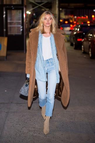 Come indossare: cappotto di pile marrone, camicia di jeans azzurra, t-shirt girocollo bianca, jeans azzurri