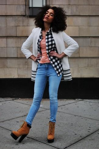 Come indossare: cappotto bianco e nero, camicia elegante a quadri bianca e nera, canotta rosa, jeans aderenti blu