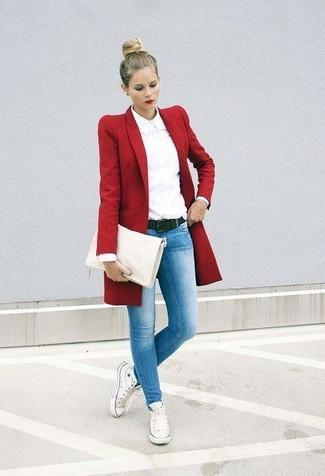 Come indossare: cappotto rosso, camicia elegante bianca, jeans aderenti azzurri, sneakers alte di tela bianche