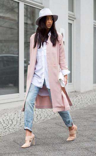 Come indossare e abbinare: cappotto rosa, camicia elegante bianca, jeans strappati azzurri, sabot in pelle scamosciata beige