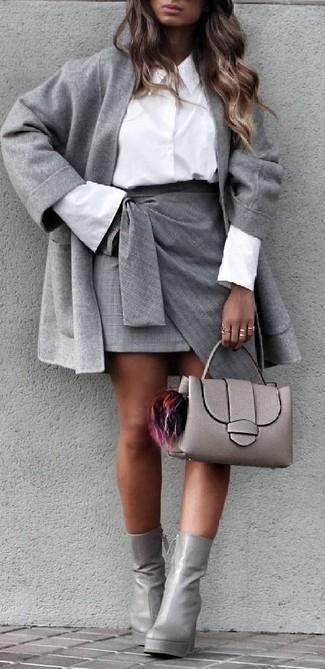 Come indossare e abbinare: cappotto grigio, camicia elegante bianca, minigonna con spacco grigia, stivaletti in pelle grigi