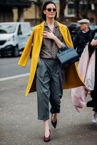 Come indossare: cappotto senape, camicia elegante stampata grigia, pantaloni larghi grigi, décolleté in pelle bordeaux
