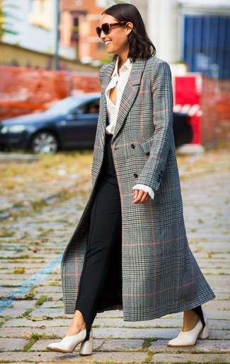 Come indossare: cappotto scozzese grigio, camicia elegante bianca, pantaloni skinny neri, décolleté in pelle bianchi