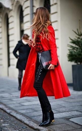 Come indossare: cappotto rosso, camicia elegante a quadri rossa e nera, pantaloni skinny neri, stivaletti in pelle neri