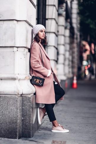 Come indossare e abbinare: cappotto rosa, camicia elegante bianca, pantaloni stretti in fondo neri, sneakers basse in pelle rosa