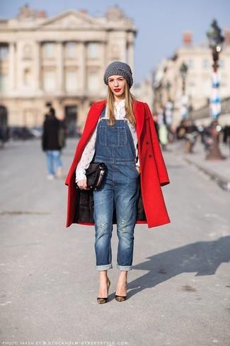 Questa combinazione di un cappotto rosso e una salopette di jeans blu ti permetterà di sfoggiare uno stile semplice nel tempo libero. Prova con un paio di décolleté in pelle neri e dorati per mettere in mostra il tuo gusto per le scarpe di alta moda.