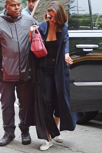 L'abbinamento di un cappotto nero con occhiali da sole rosa è una scelta perfetta per una giornata in ufficio. Scegli un paio di sneakers basse in pelle bianche come calzature per un tocco più rilassato.