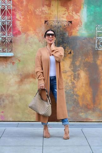 Come indossare: cappotto lavorato a maglia marrone chiaro, canotta bianca, jeans boyfriend blu, sandali con tacco in pelle scamosciata con frange marrone chiaro