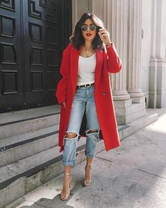 Come indossare: cappotto rosso, canotta bianca, jeans boyfriend strappati azzurri, sandali con tacco in pelle argento