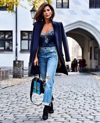Come indossare e abbinare un cappotto blu scuro: Combina un cappotto blu scuro con jeans boyfriend strappati azzurri per un'atmosfera casual-cool. Perfeziona questo look con un paio di stivaletti elasticizzati neri.