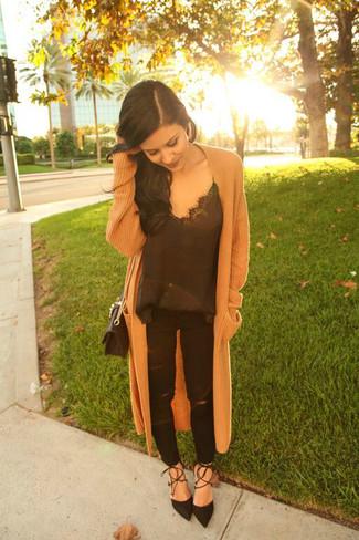 Come indossare: cappotto lavorato a maglia marrone chiaro, canotta di seta nera, jeans strappati neri, décolleté in pelle scamosciata neri